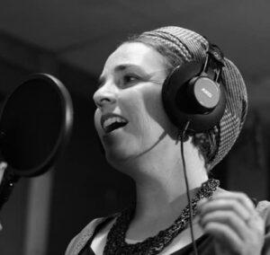 גתית לביא גבאי - שחקנית וזמרת יוצרת